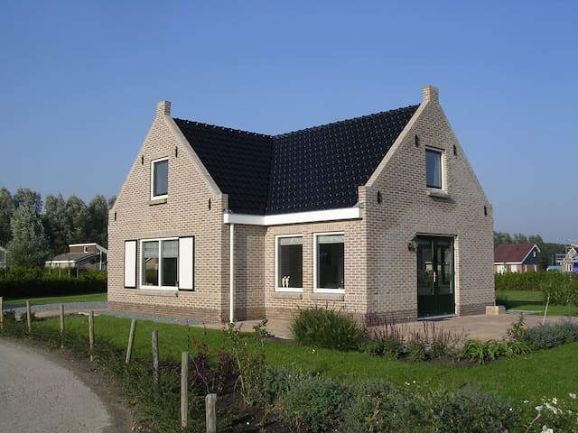 Nice spacious holiday home in Friesland - Tzummarum - Dom