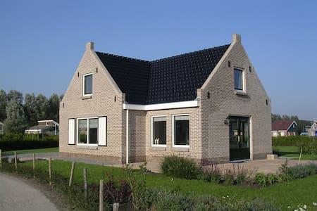 Nice spacious holiday home in Friesland - Tzummarum - Haus