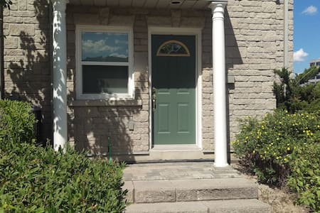 Bedroom, private bath & entry @ Hwy 7 & Leslie - Markham - Townhouse