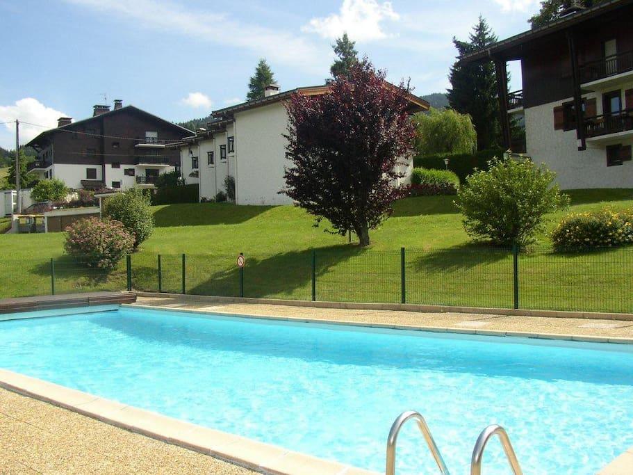piscine protégée réservée à la résidence (ouverte 15 juin-15 septembre)