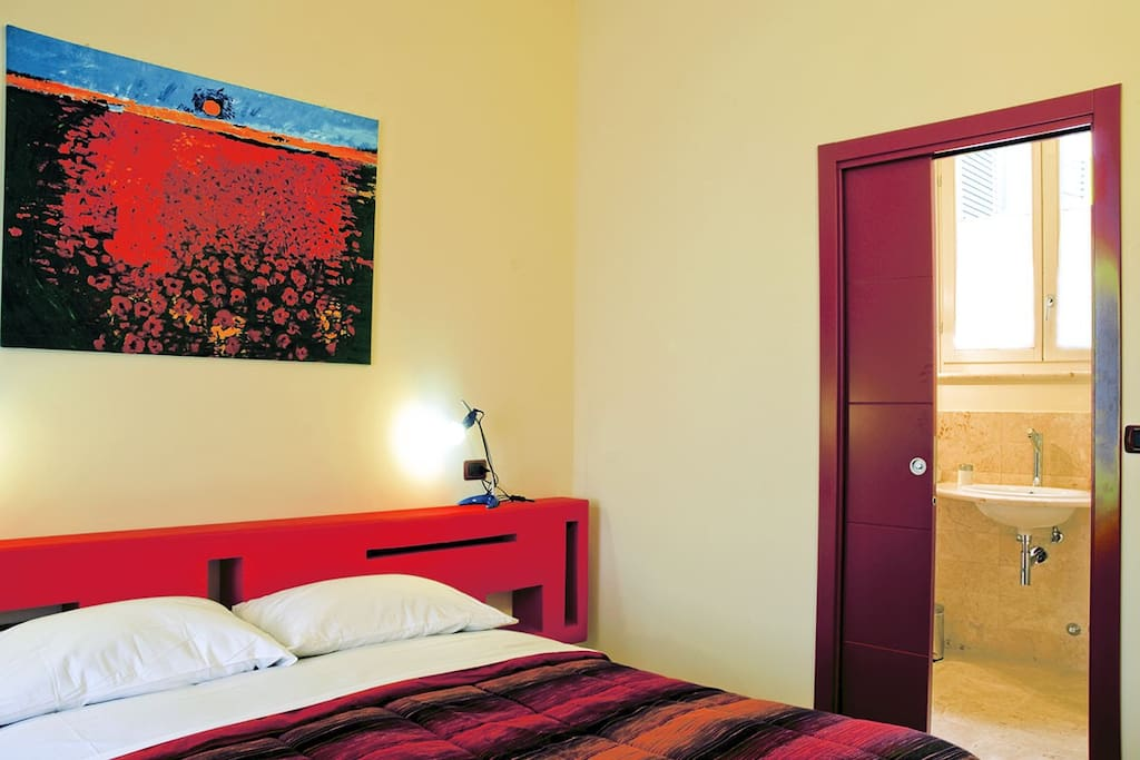 Suite Treccia: double bedroom and bathroon with shower