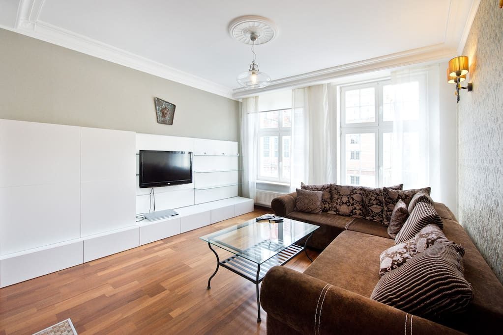 W salonie TV z kablówką wraz z rozkładaną sofa ;)