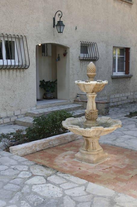 La fontaine et le porche d'entrée