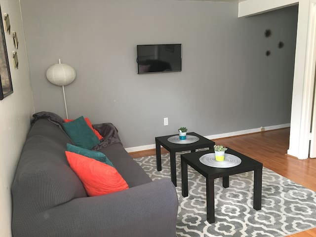 Location, Location, Location!! - Burlingame - Apartment