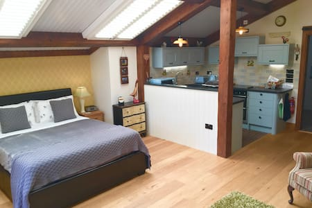 "Luxurious ""Barn Cottage"" - Paultons Park & more!"