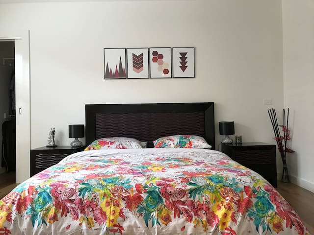 Bright and Sunny Bedroom near Beach - Bentleigh East - Huis