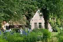 Sfeerfoto van de boerderij en tuin.
