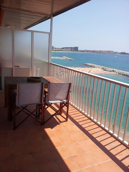 amplia terrazza sobre el mar con ambiente de comedor