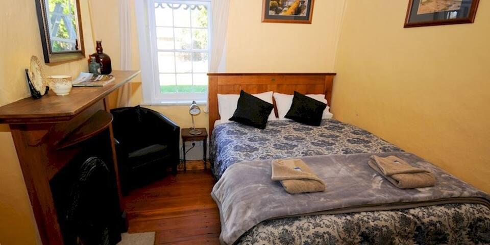 Queen Room in Peter's Farm Lodge Waipiata