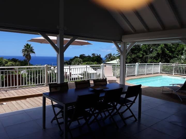 La villa Tropicale, piscine et vue sur mer