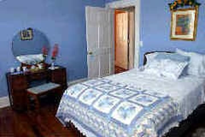 Grandma Helen Room - 6 Acres B&B