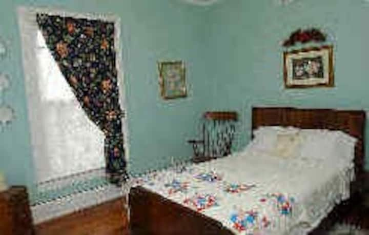 Grandma Beatrice Room - 6 Acres B&B