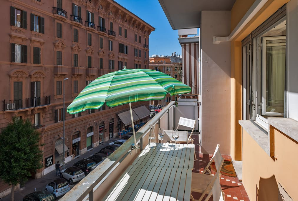 Rome unique vatican terrace 1 bedroom apartments for for Airbnb roma