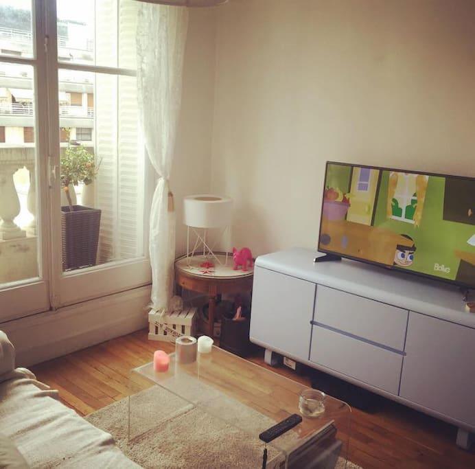 Salon avec écran plat.