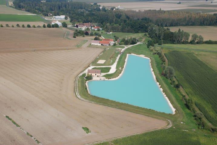 Le gîte du Quai est situé à 200 m d'un étang aux eaux bleues turquoises