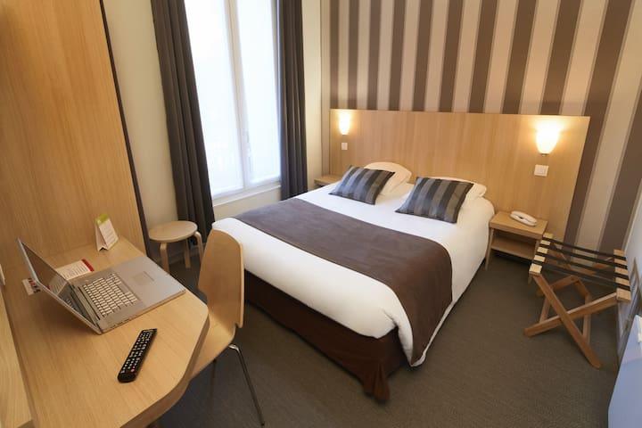 Chambre confort à Paris, un grand lit en BB