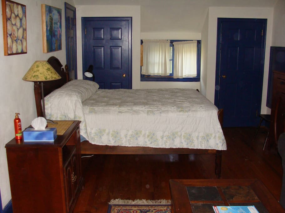 The room has a double bed and the option of an additional queen air mattress.
