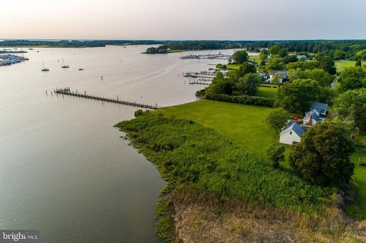 Waterfront w/private pier, pool, and in town