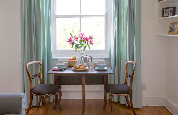 Charming Two Bed Flat Near Notting HIll
