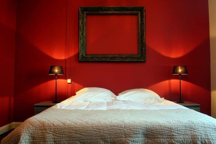 Le grand lit de la chambre du rez de chaussée