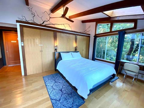 Moonshine Suite: Secluded Hillside Nature Retreat