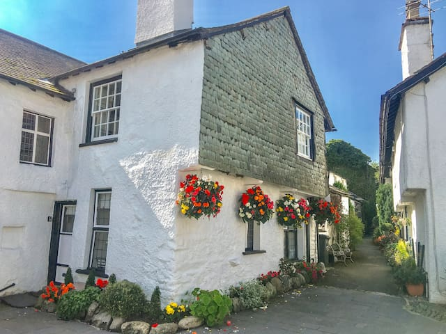 ALICE'S COTTAGE, with open fire in Hawkshead, Ref 955317