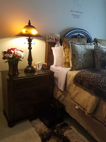 Quiet peaceful home away from home. - Naperville - Apartamento