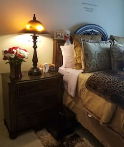 Quiet peaceful home away from home. - Naperville - Apartmen