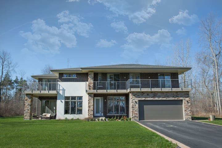Contemporary 4Bdrm estate home on Niagara River - Fort Erie - House