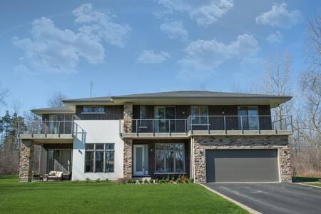 Contemporary 4Bdrm estate home on Niagara River - Fort Erie