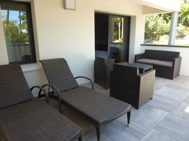 Duplex, 2 br, 1 mn from the beach
