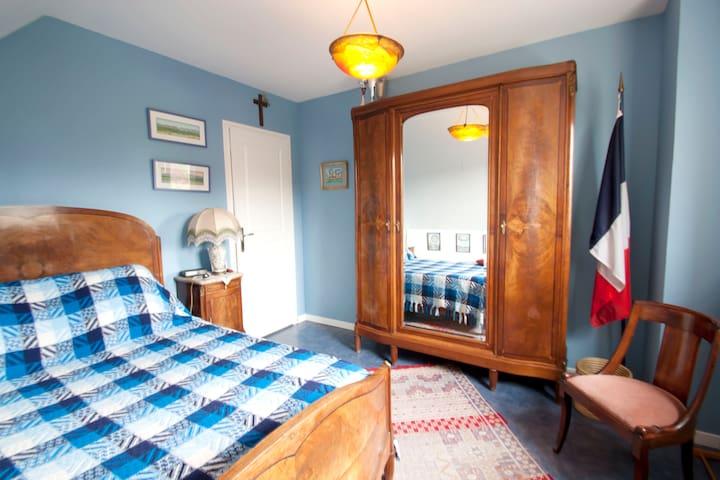 Double bed in patriotic bedroom