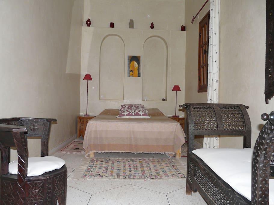 La chambre climatisée avec salle de bain privative.
