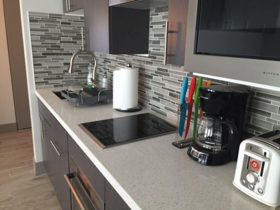 Full kitchen - cooktop, full fridge/freezer, dishwasher, microwave