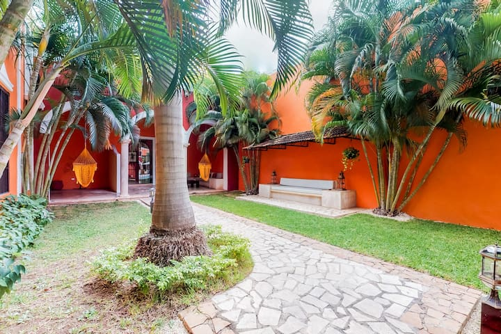 Beautiful villa w/ great location, shared pool & pool views from every room!