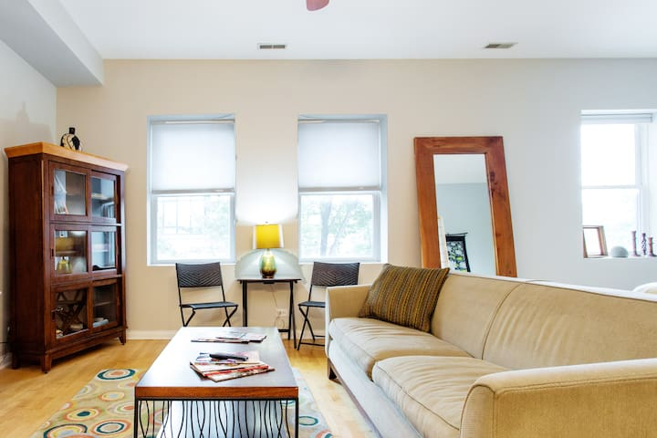 Peaceful Oak Park Condo Next to Green Line Metro