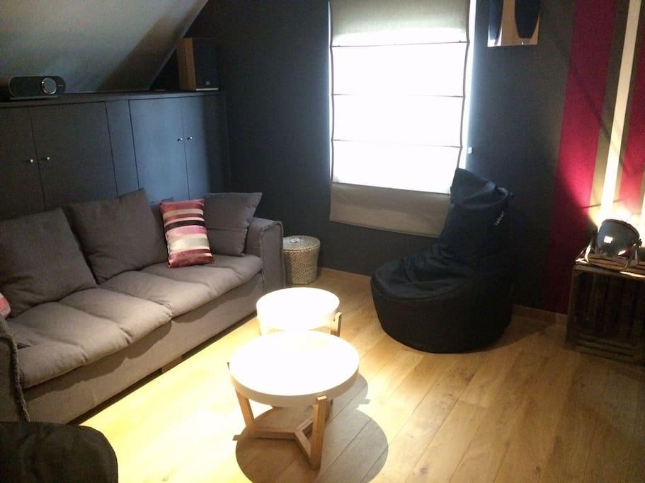 """Chbre 1 Espace salon, lit double séparable avec grands espaces de rangement """"Attention la canapé n'est pas un lit!!"""""""