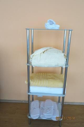 принадлежности, халаты, полотенца, тапочки и др.