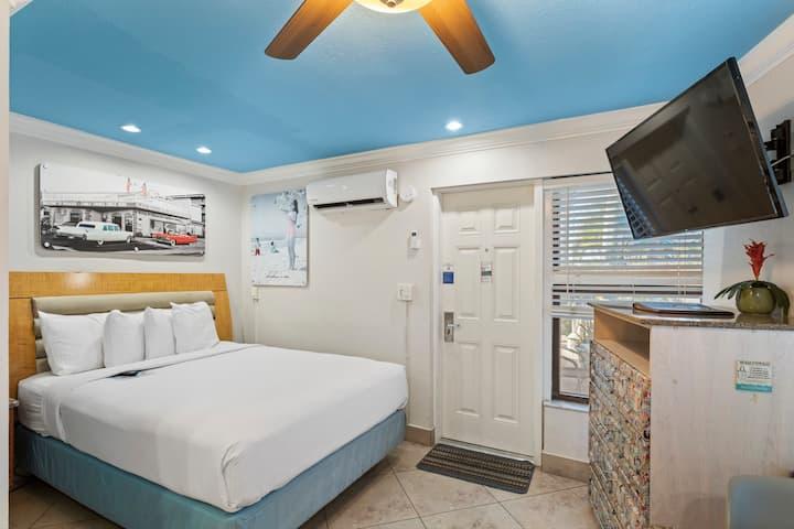 Roadside Efficiency Suite: 1 Queen Bed