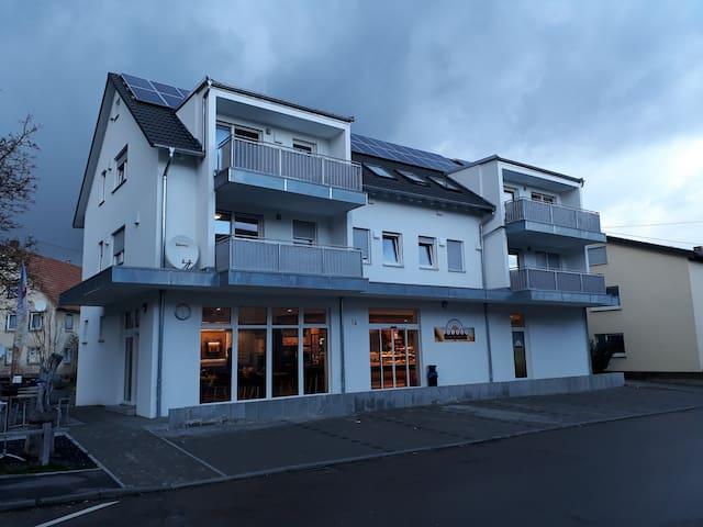 Home Office: Neubau Land-Wohnung. Naturnah.