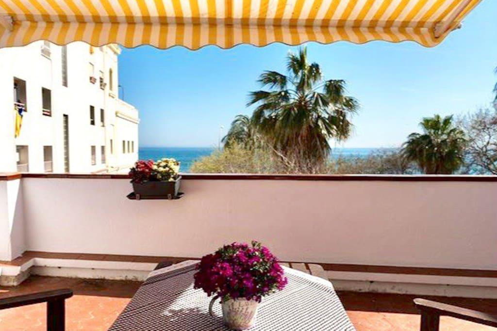 Top floor terrace facing the sea