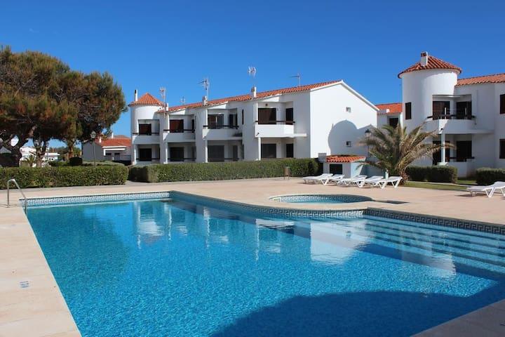 Apartamento con piscina, terraza y jardín