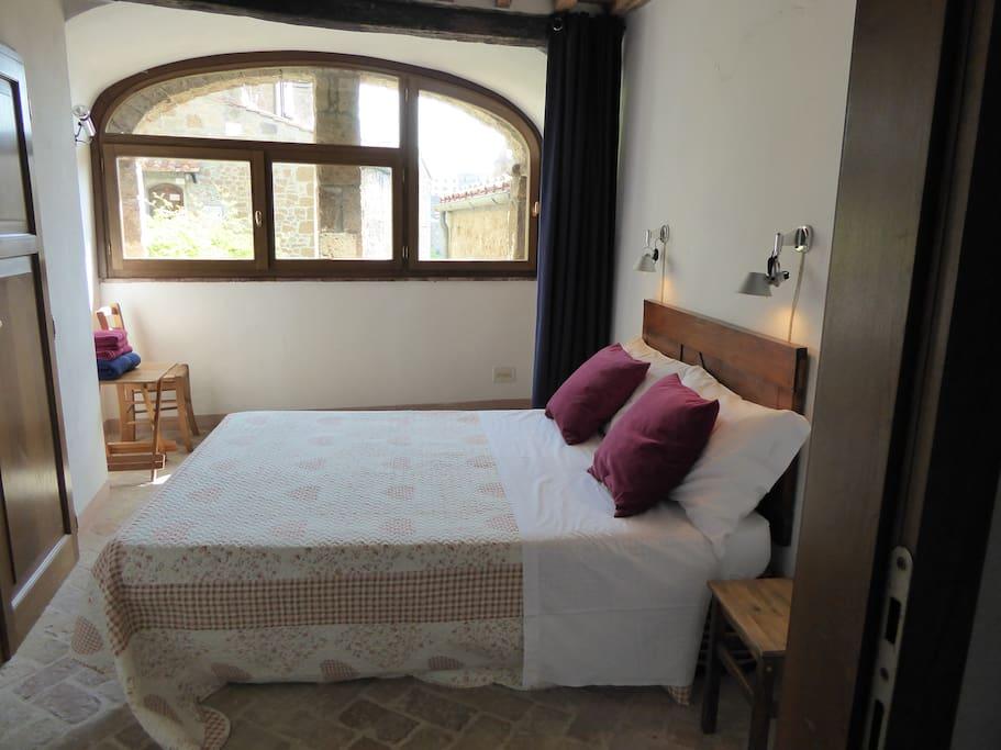 Camera doppia con vista sul giardino, bagno privato dotato di doccia/ double bedroom with bathroom, with sight