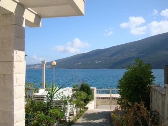 A lovely house by the Adriatic Sea - Đenovići - Daire