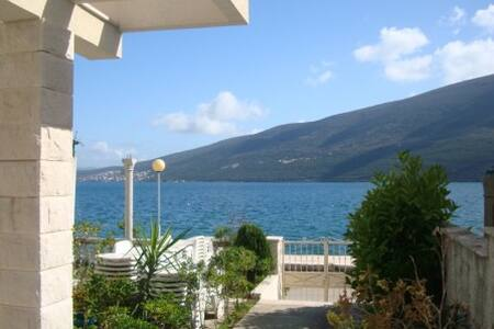 A lovely house by the Adriatic Sea - Đenovići