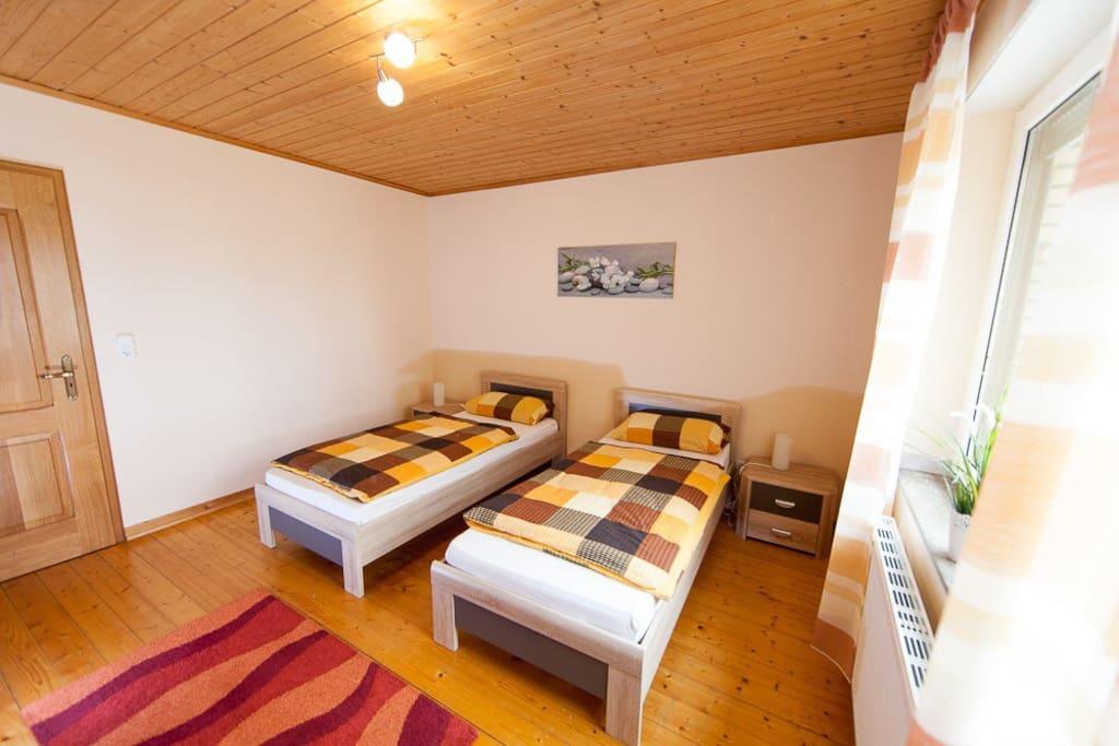 2 große Schlafzimmer ( 16qm) mit Einzelbetten ( verstellbare Lattenroste).