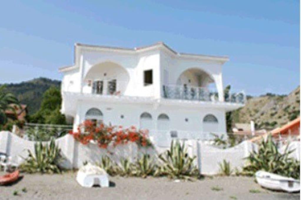 la villa vista dalla spiaggia