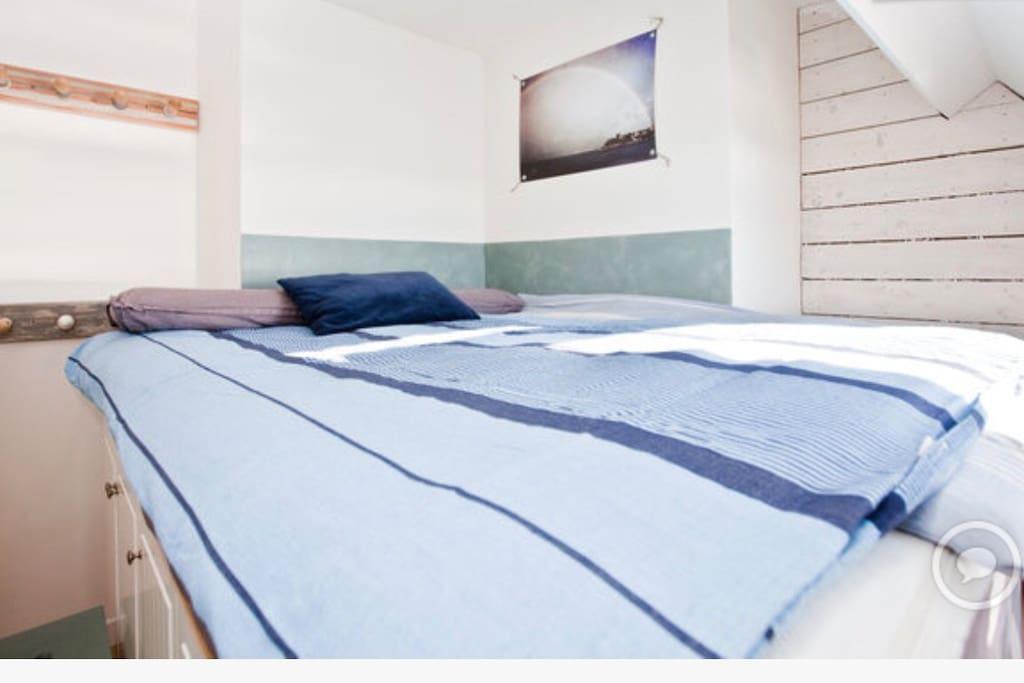 Grand lit en hauteur face à la mer