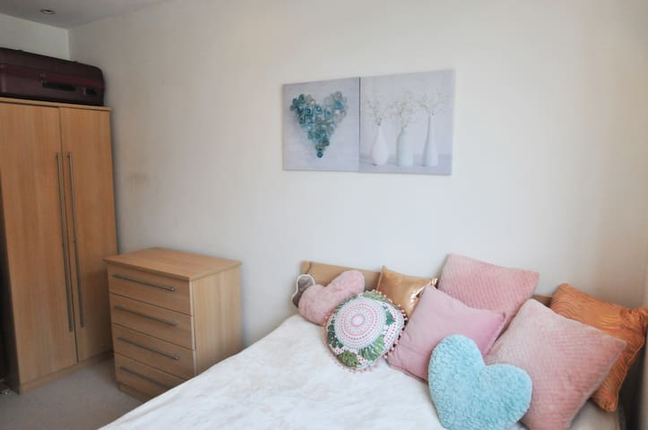 Pretty Double Bedroom on exclusive Chelsea street