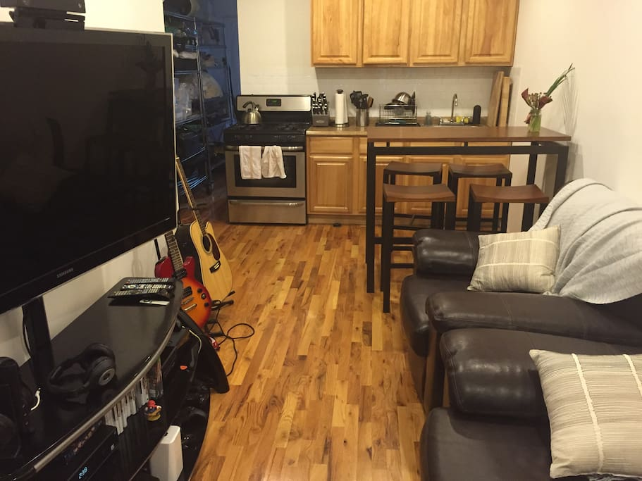 Leather couches, big screen 55 inch HDTV, 400 channels, 150mbps internet, Xbox One, Nintendo WiiU.